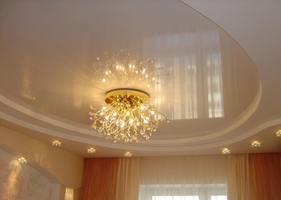 Классический потолок с люстрой